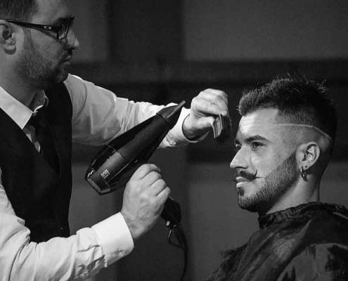 آؤایشگر در حال اصلاح موی بوکسوری